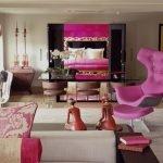 Ярко-розовое кресло