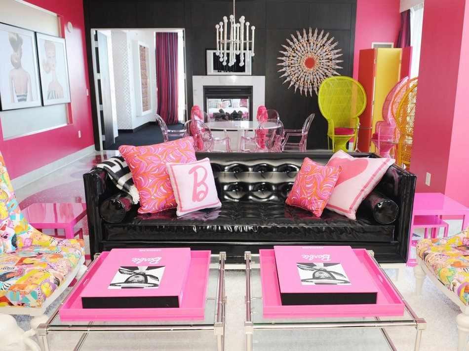 Розовые подушки на черном диване