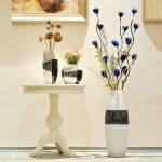Цветы в вазе рядом со столиком