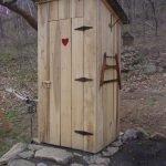 Туалет на каменном основании