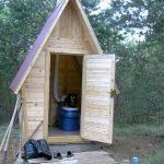 Туалет с крышей из профнастила