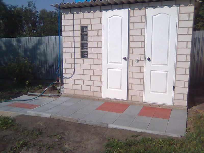 Туалет из кирпичей на участке