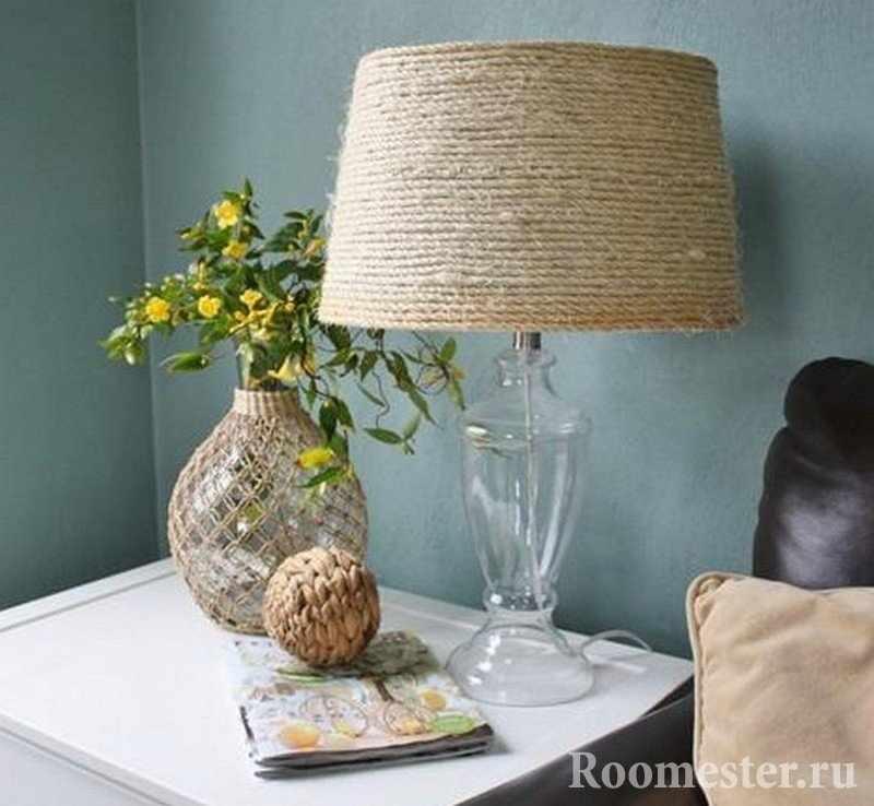 Ваза, лампа и журнал на столике