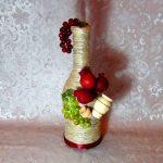 Бутылка с декором из фруктов и кувшинов