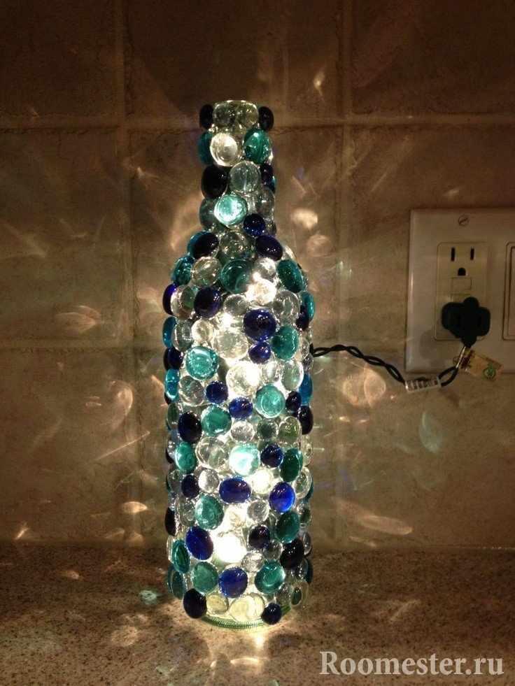 Светильник-бутылка с камнями