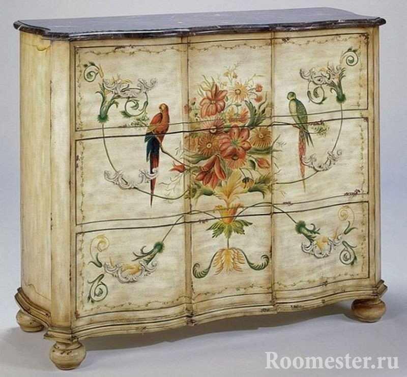 Узоры с цветами и птицами на шкафчике