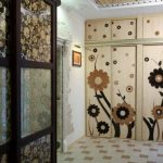 Шкаф с узорами в виде цветов