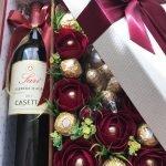 Бутылка вина, цветы и конфеты