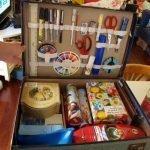 Необходимые инструменты на стенке чемоданчика