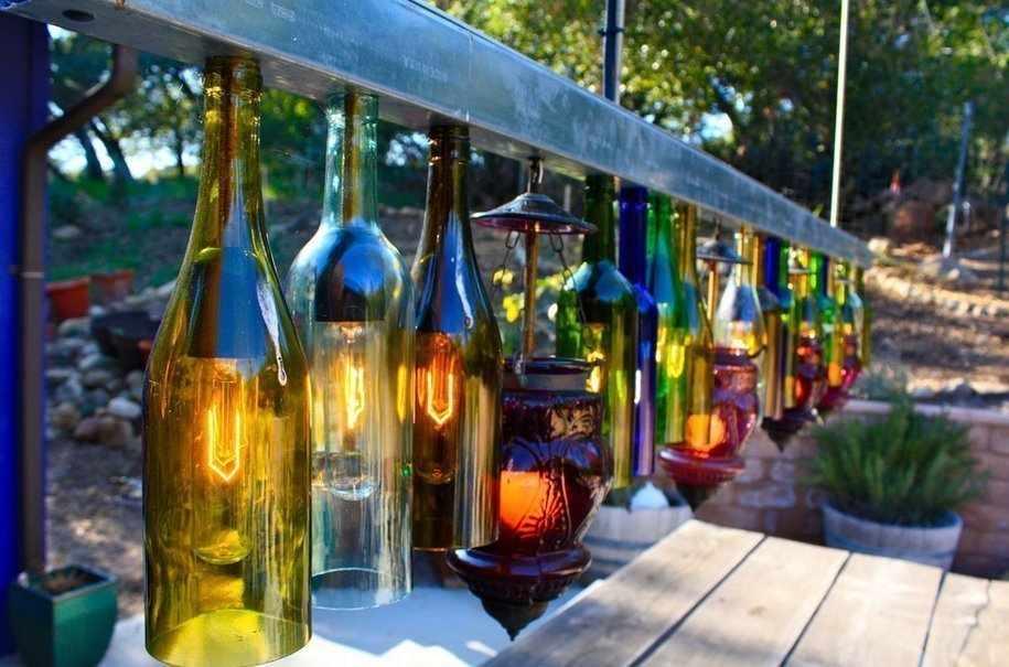 Декор стеклянными бутылками на участке