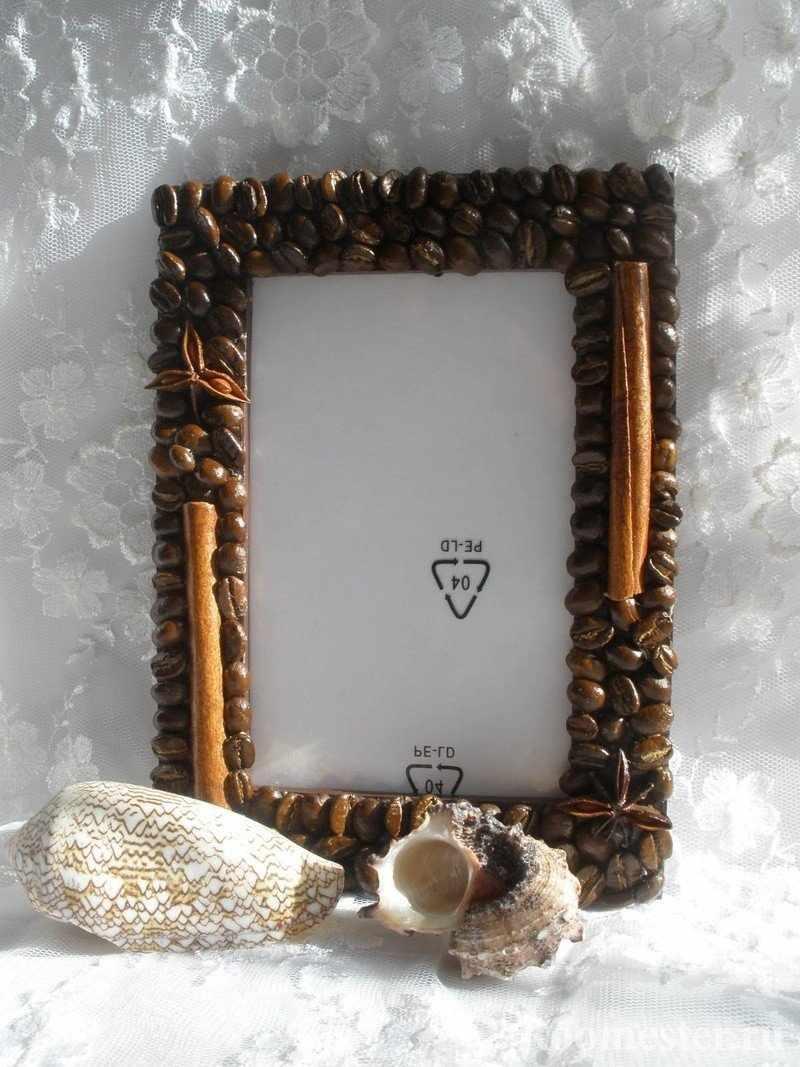 Рамка украшенная кофейными зернами и палочками корицы