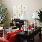 Интерьер гостиной с комнатными растениями