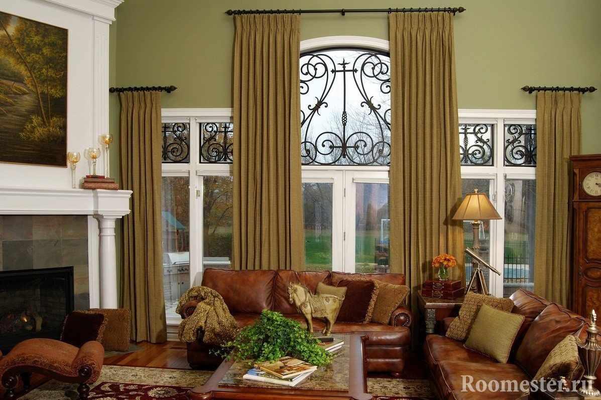 Коричневые шторы на окнах гостиной