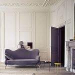 Фиолетовый диван в светлом интерьере