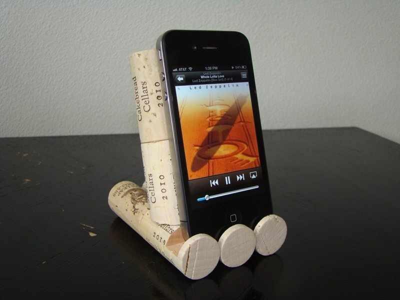 Подставка для мобильного телефона из винных пробок