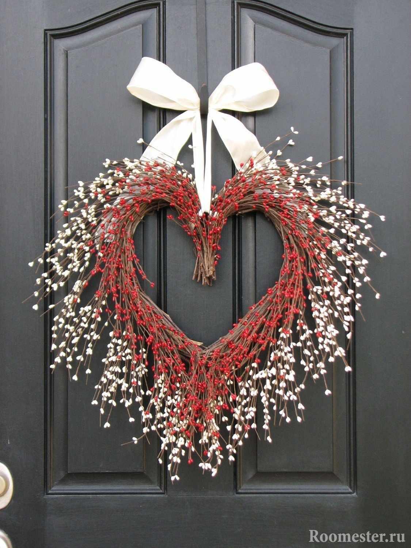 Сердце на дверь из веток деревьев