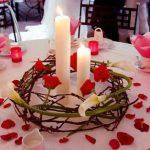 Украшение стола свечами и лепестками роз