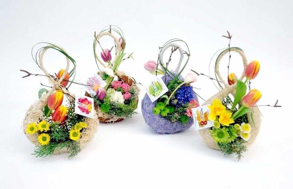 Композиция от флориста - цифра 8 и цветы