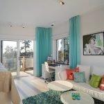 Бирюзовый коврик и шторы в интерьере