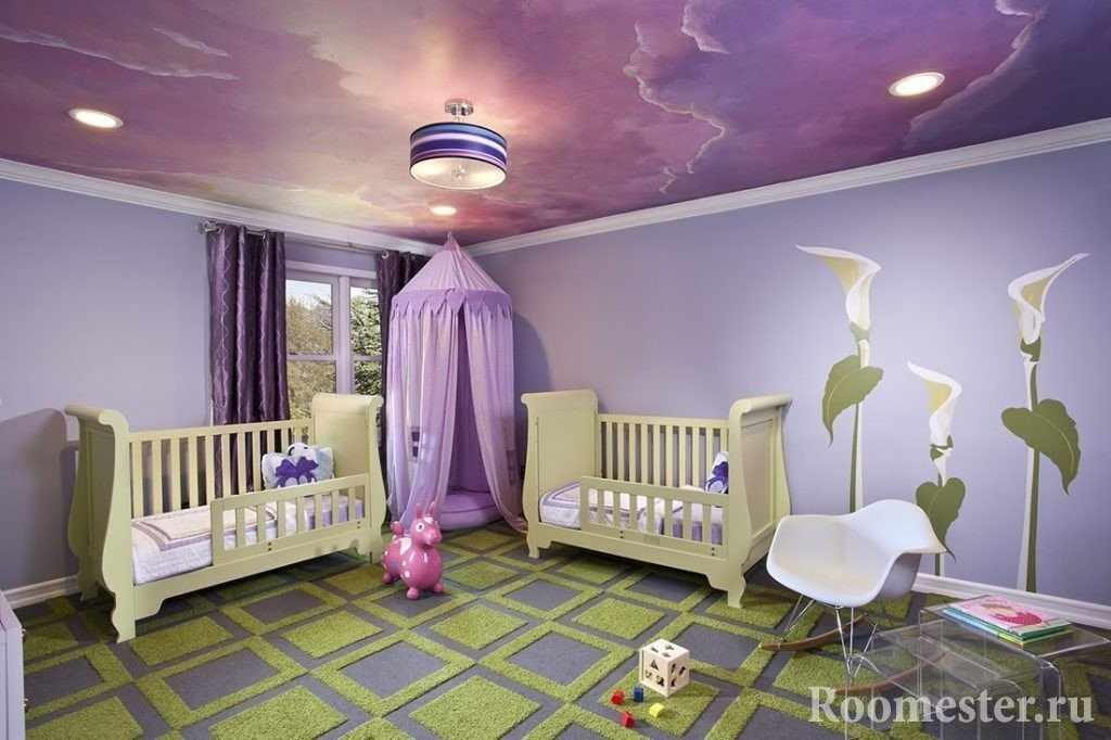 Яркие обои для потолка детской комнаты