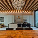 Оформление потолка гостиной балками