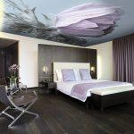 Цветочный принт фотообоев для потолка в спальне