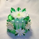Зеленая шкатулка с белыми цветами