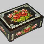 Черная шкатулка с цветами