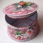 Розовая шкатулка с белым декором