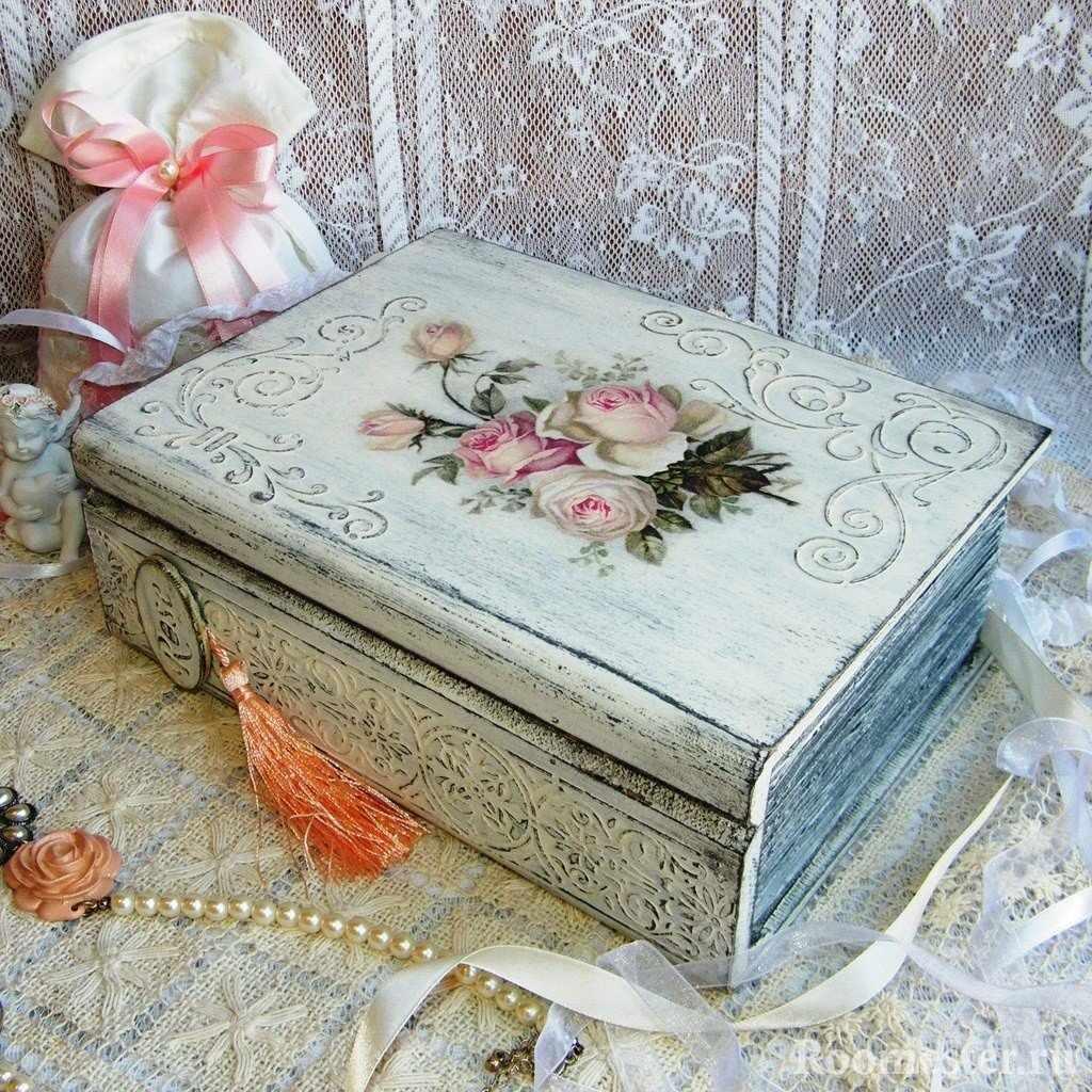 Белая шкатулка с розами
