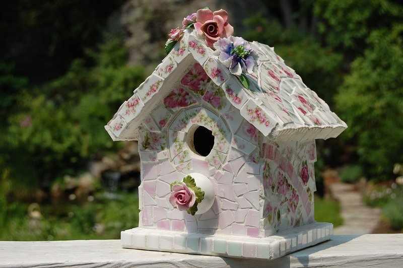 Белый скворечник с розовыми цветами