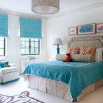 Голубые шторы в белом интерьере спальни