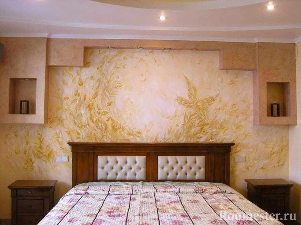 Узоры на стене у кровати