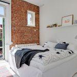 Кирпичная стена в белом интерьере спальни