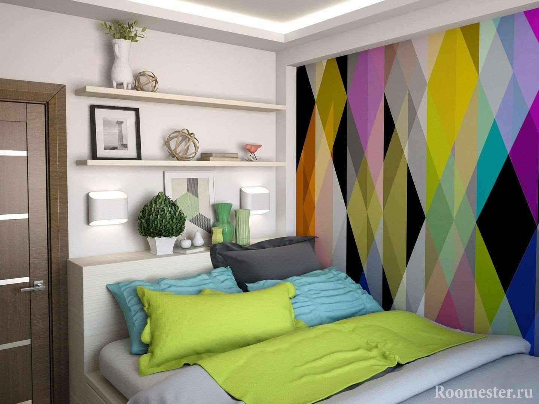 Яркая стена в спальне