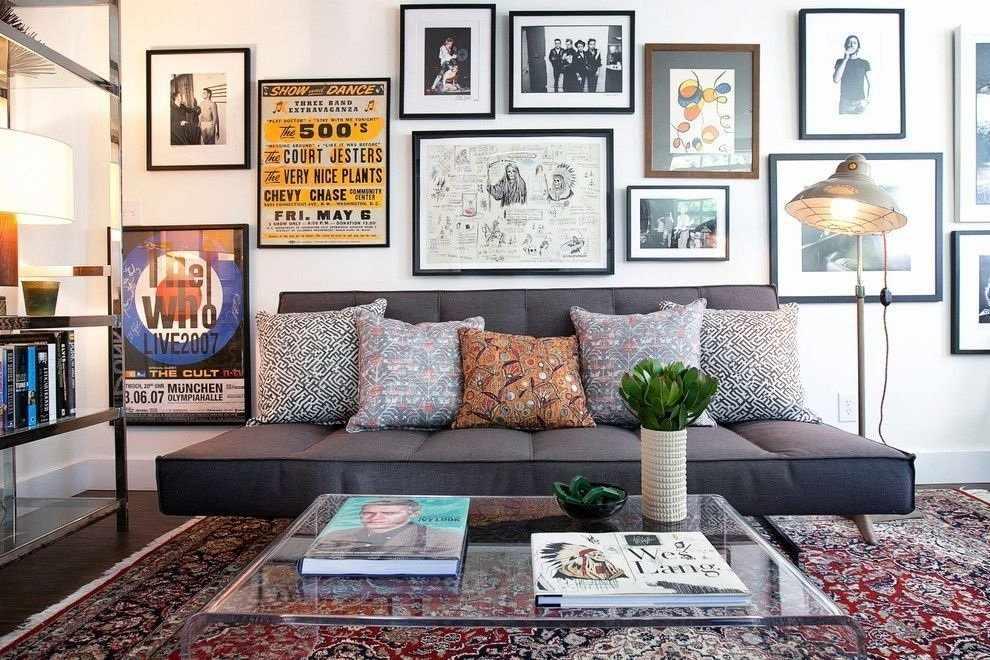 Постеры над диваном
