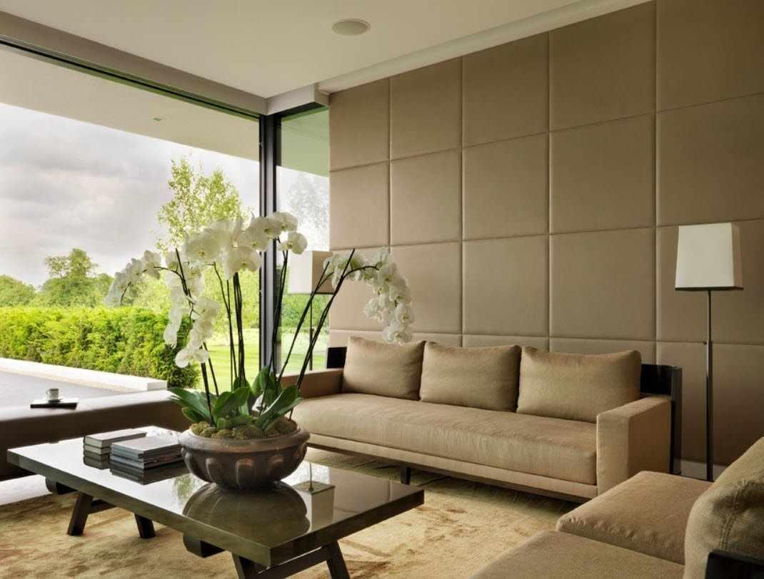 Кожаные панели на стене за диваном