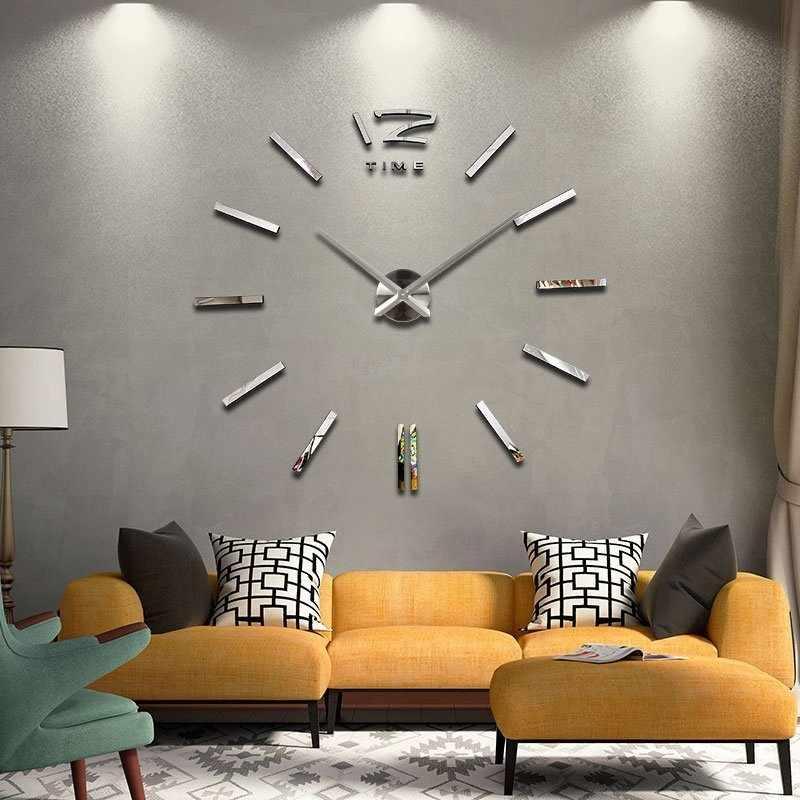 Крупные настенные часы над диваном