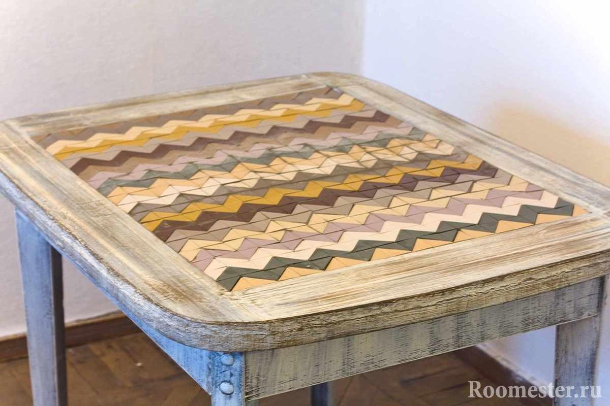 Состаренный стол с мозаикой