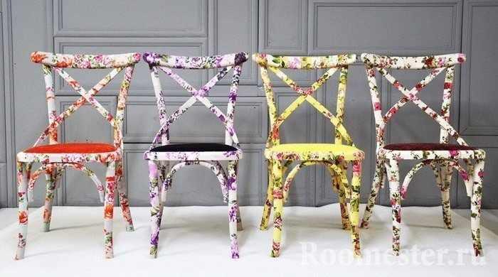 Разноцветные стулья выполненные в одной технике