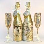 Узоры одинакового дизайна на бокалах и бутылках