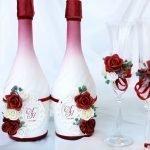 Красные и белые розы на бутылках и бокалах