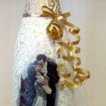 Жених целует невесту на бутылке