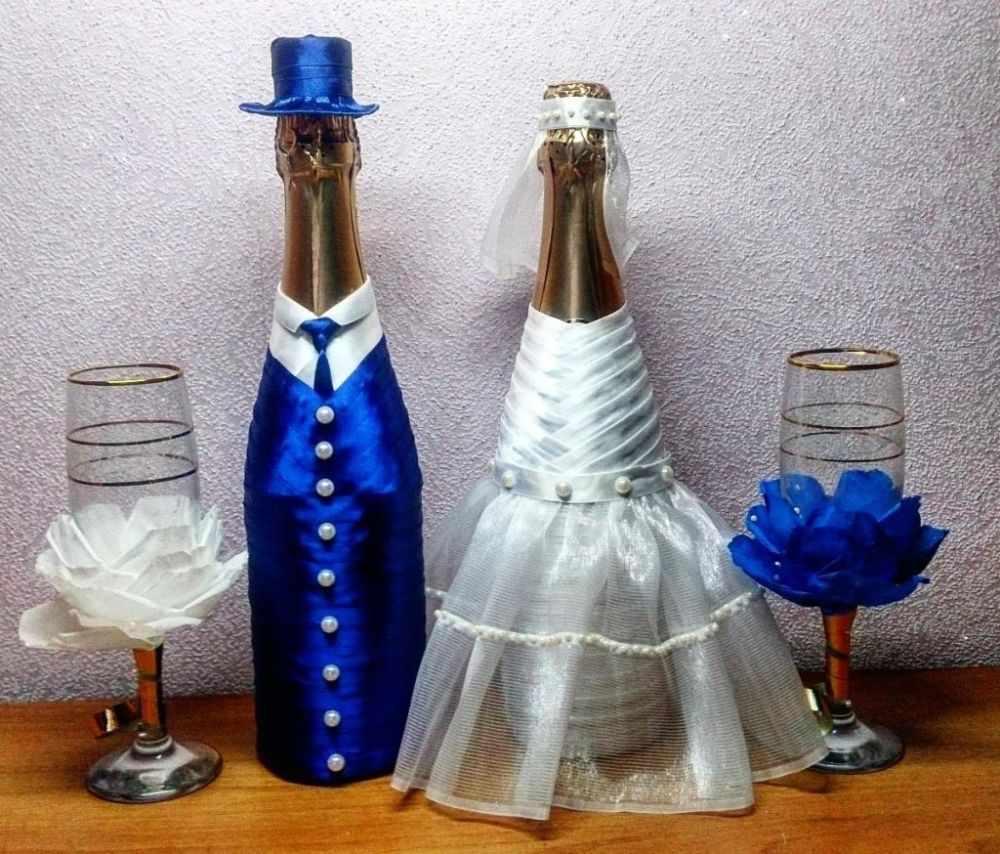 Свадебные бутылки в костюмах жениха и невесты