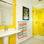Желтый в интерьере ванной