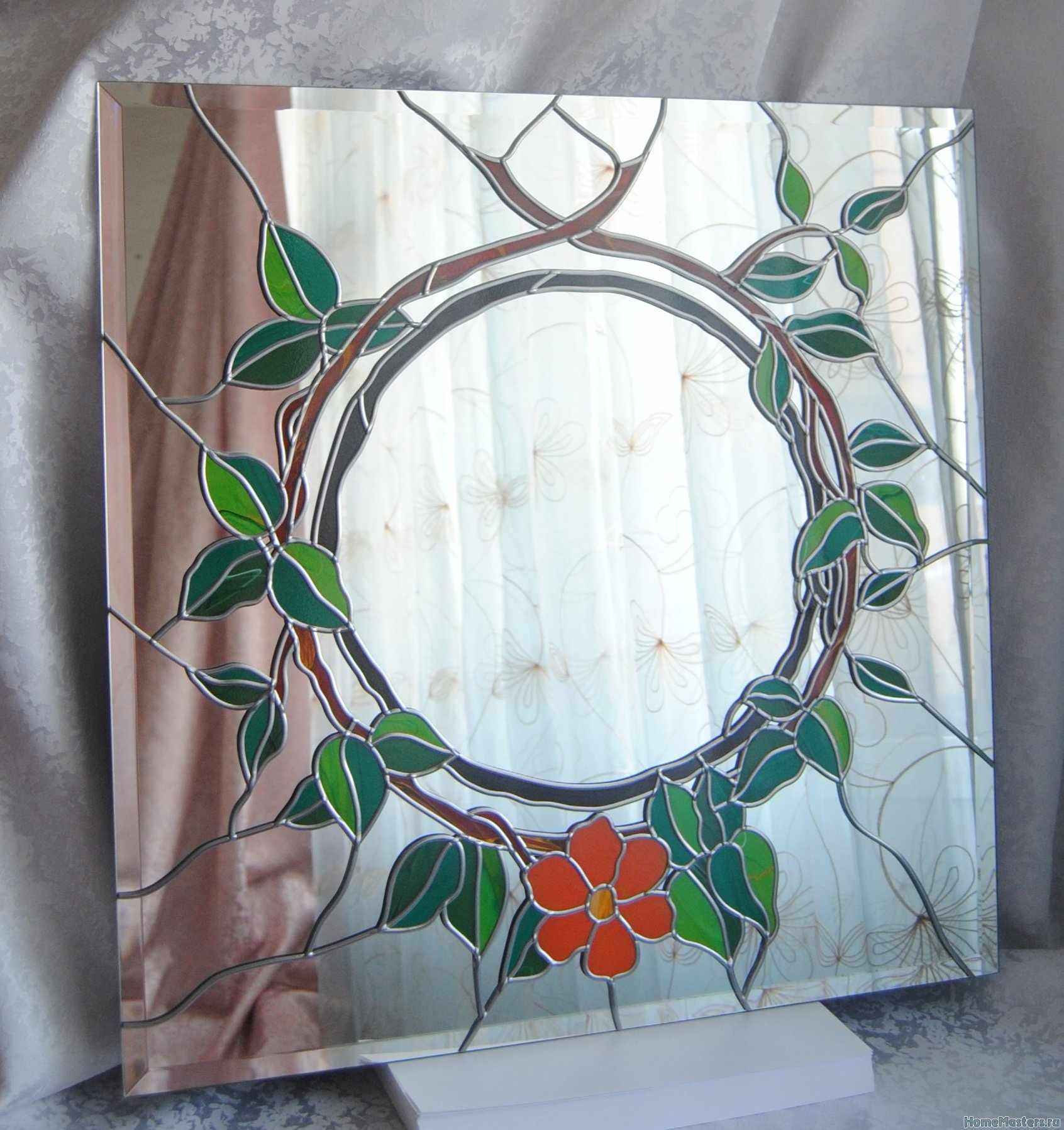 Цветок и листья на стекле