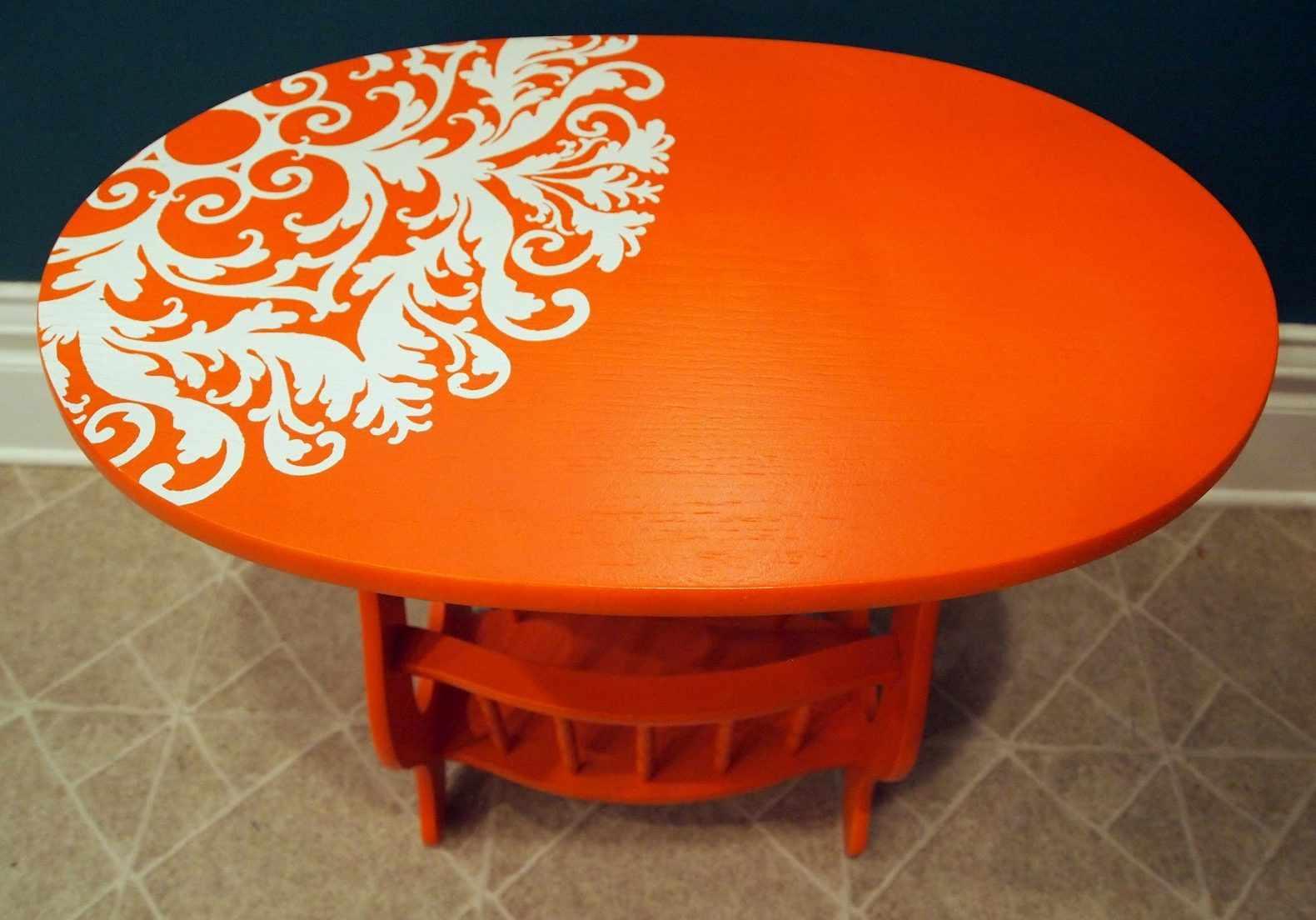 Яркий столик для интерьера