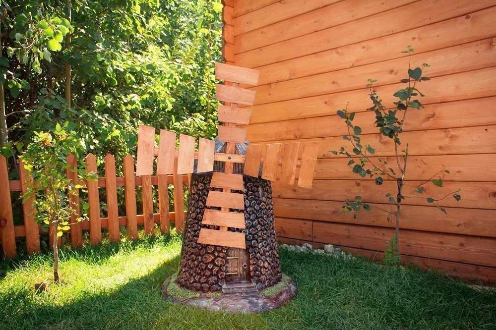 Декоративная мельница у дома