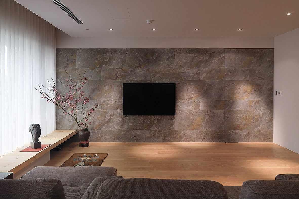 Гибкий камень на стене в интерьере