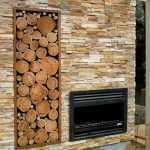Ниша с дровами в стене у камина